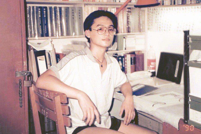 1990年,陳大為攝於台大男一舍學長的座位。(圖/陳大為提供)