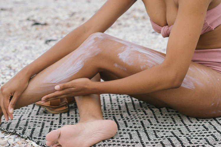 防曬無論在身體、臉部、手部,都非常的重要,尤其到了夏天。圖/摘自 pexels