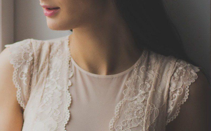 千萬別忽略頸部保養,老化可能會讓它皺巴巴。圖/摘自 pexels