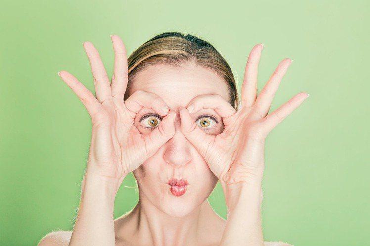 眼部皺紋,是最容易察覺的部位,也是顯老的首要位置。圖/摘自 pexels