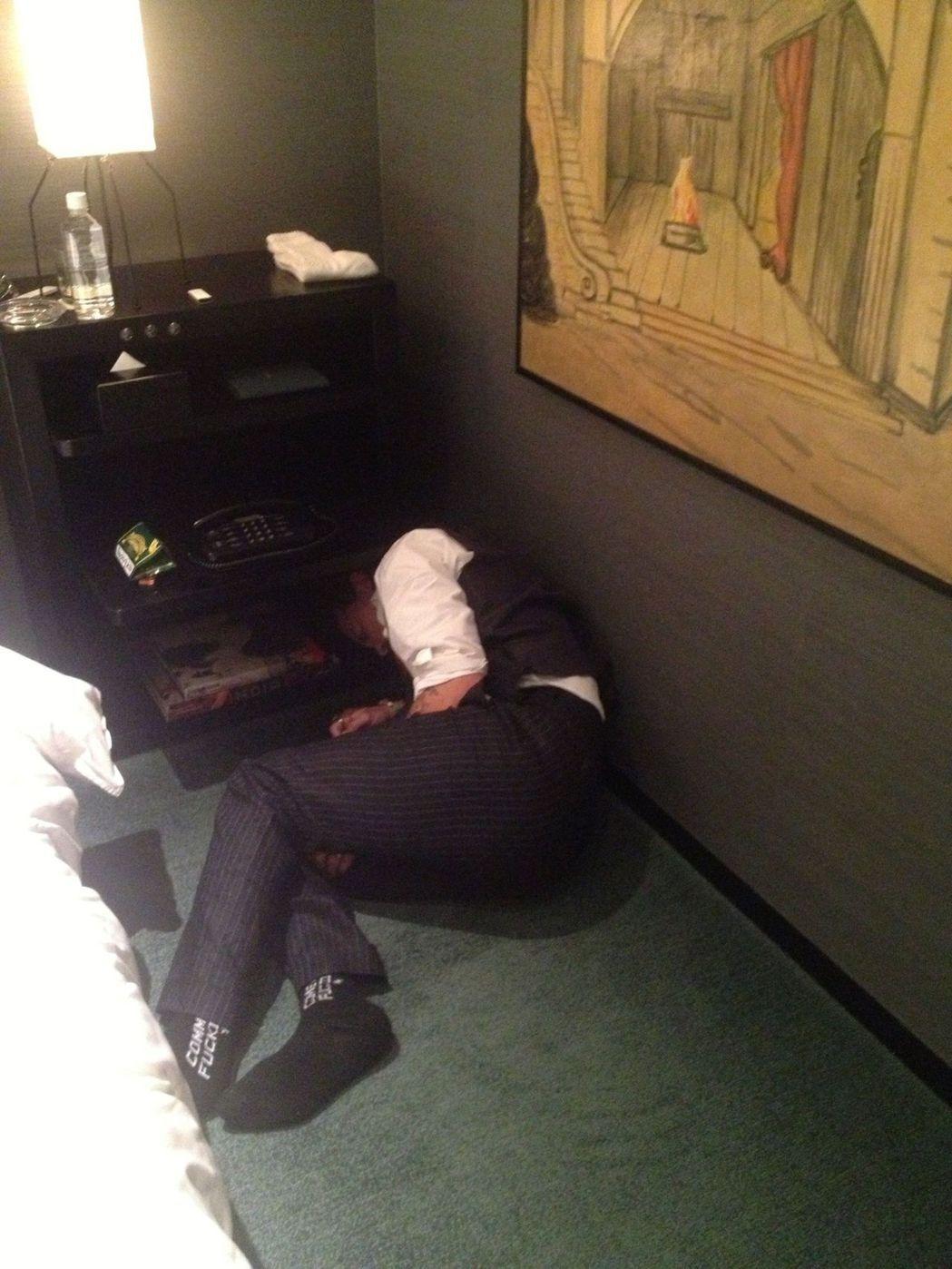 強尼戴普吸毒後倒在地上的照片,被拿來當證物。(路透)
