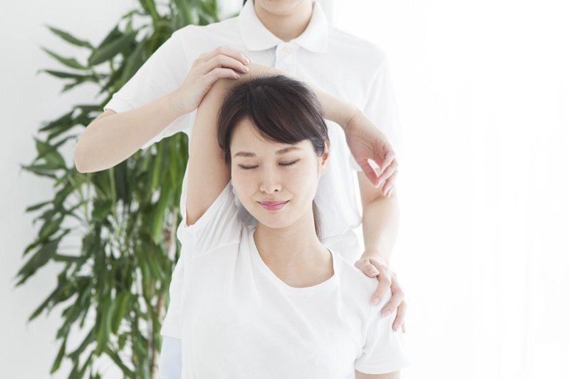 針對五十肩的病人,復健科醫師和物理治療師給予居家運動指導。圖╱123RF
