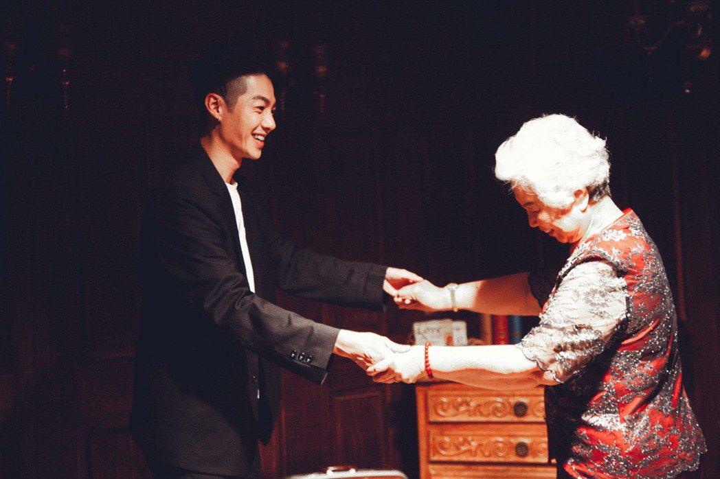 陳信維(左)牽著阿嬤跳舞。圖/伊林娛樂提供
