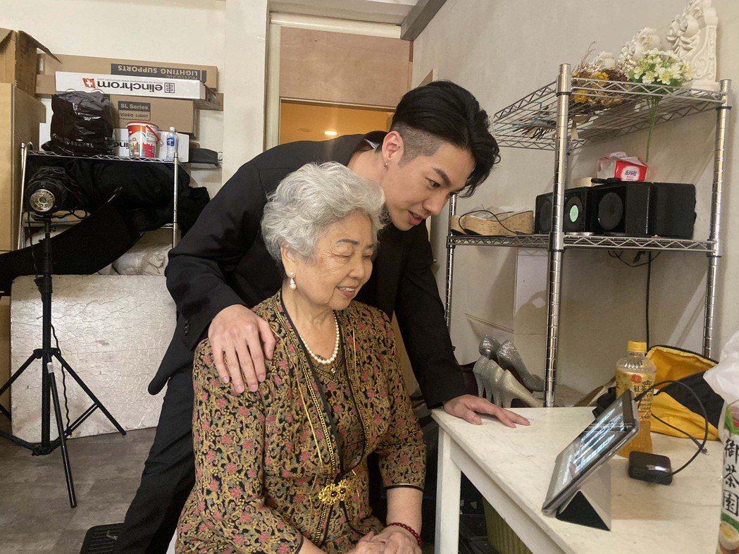 陳信維帶著阿嬤拍攝單曲MV。圖/伊林娛樂提供