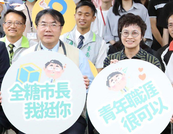 南市府研考會主委趙卿惠(右),是市長黃偉哲(左)推動智慧城市的重要左右手。圖/台南市研考會提供