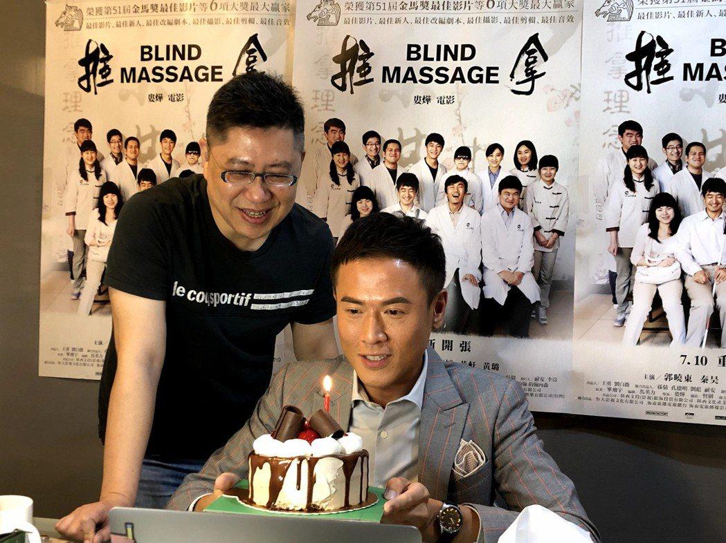 主持人楊達敬(右)與前景娛樂負責人黃茂昌(左)特地安排為黃璐線上慶生。圖/前景娛...