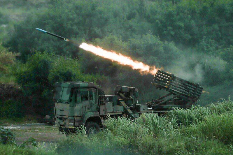 三軍聯合反登陸作戰實彈操演中,雷霆2000多管火箭系統對敵船實施遠程精準攻擊。記者黃仲裕/攝影