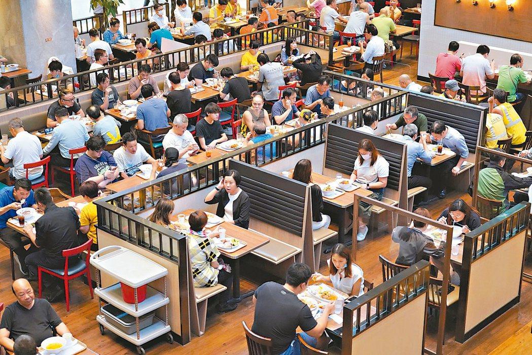 香港新冠肺炎疫情再趨嚴重,港府緊急宣布收緊防疫措施。重新設限餐廳顧客人數,圖為早...