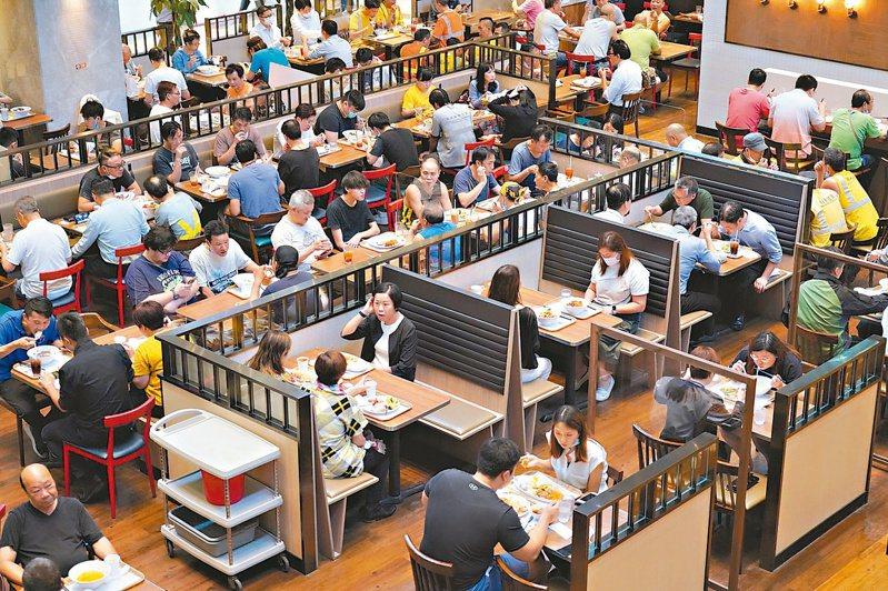香港新冠肺炎疫情再趨嚴重,港府緊急宣布收緊防疫措施。重新設限餐廳顧客人數,圖為早前金鐘一家眾多顧客的餐廳。(中新社)