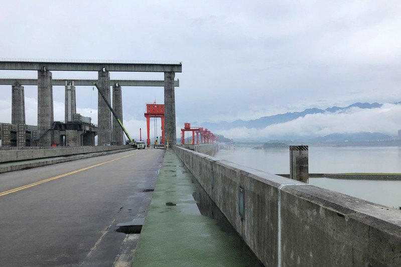 中國水利部官網數據顯示,2日14時三峽水庫水位漲至146.97米本輪洪水三峽最大攔蓄18000立方米每秒,削峰率達三成。圖為三峽大壩攔蓄洪水。 (中新社資料照片)