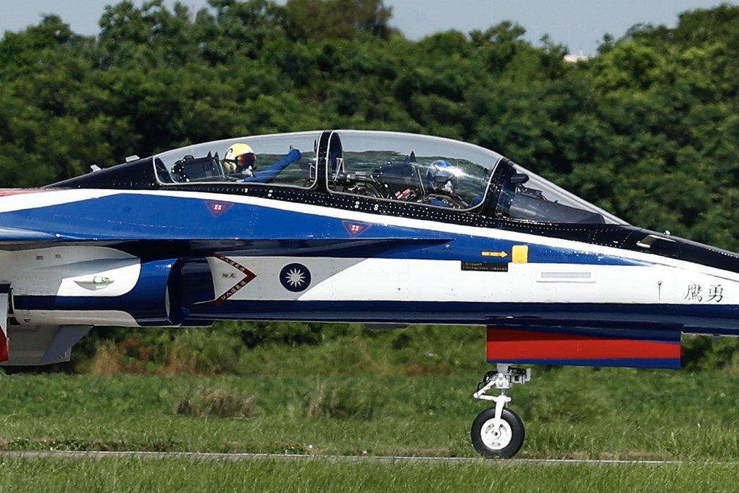 台灣過去惋惜IDF減產後沒能維持住國造戰機的生產研發能量,這也是政府下定決心要自製勇鷹教練機原因之一。 圖/歐新社