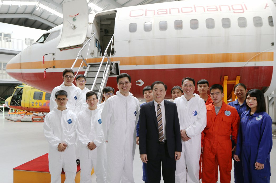 航機系培育航空修護與複合材料的專業技術人才,莊暢校長(中)肯定飛機修護棚內,學生...