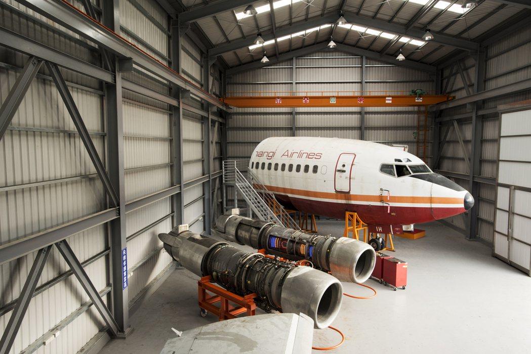 航機系設有飛機修護棚廠,停放波音737-200客機駕駛實習座艙與多種發動機。 萬...