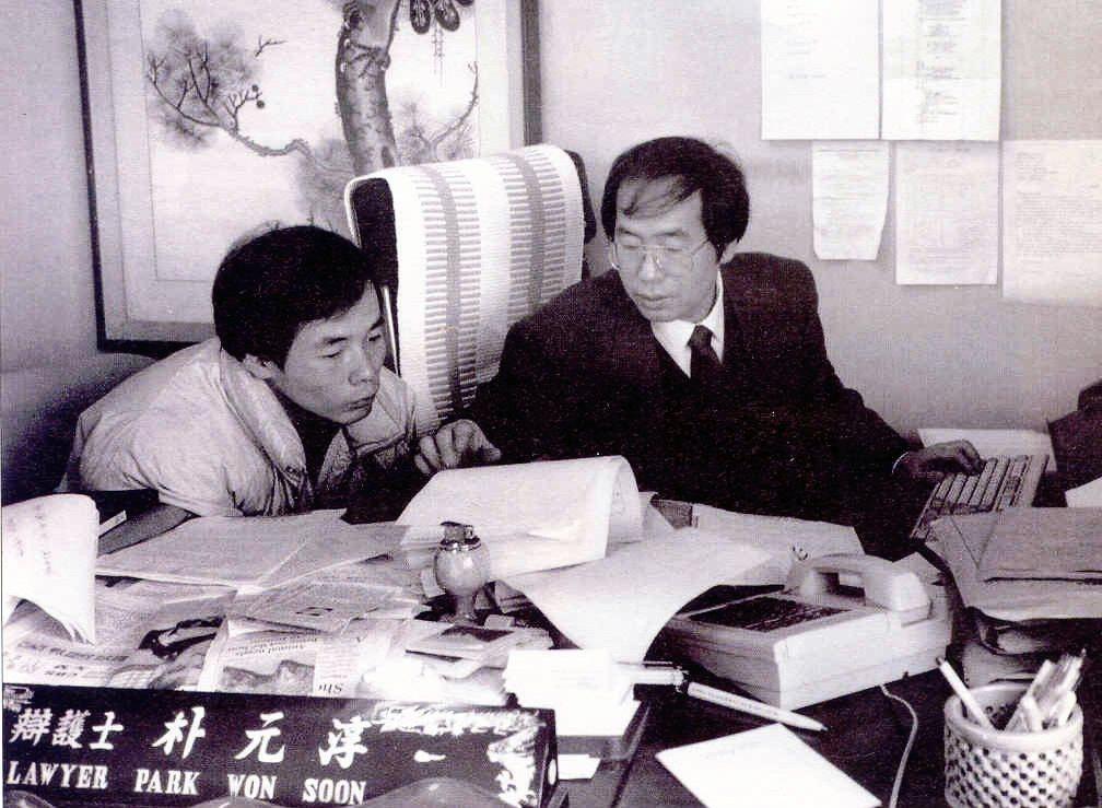 但在政治與輿論焦點的光,打在朴市長身上以前,他在過去其實是以人權律師的角色,為社...