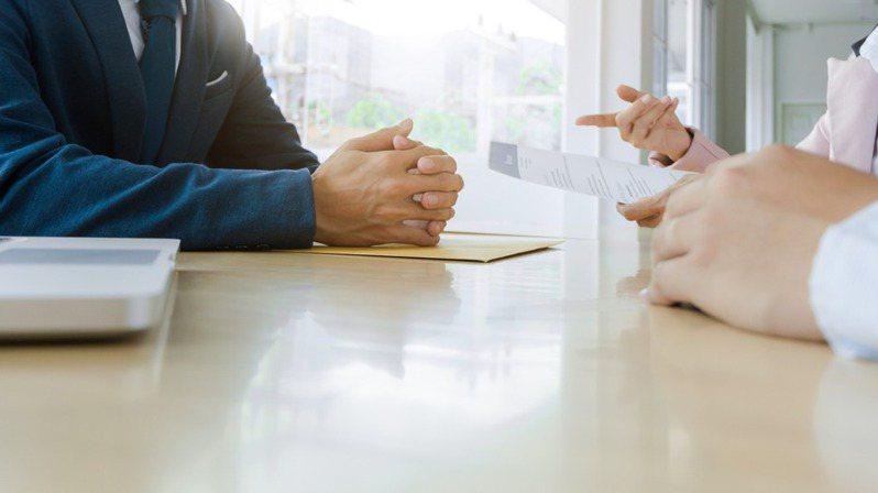 為了找到符合相關條件的員工,主管會在應徵欄裡加上條件要求。示意圖/ingimage