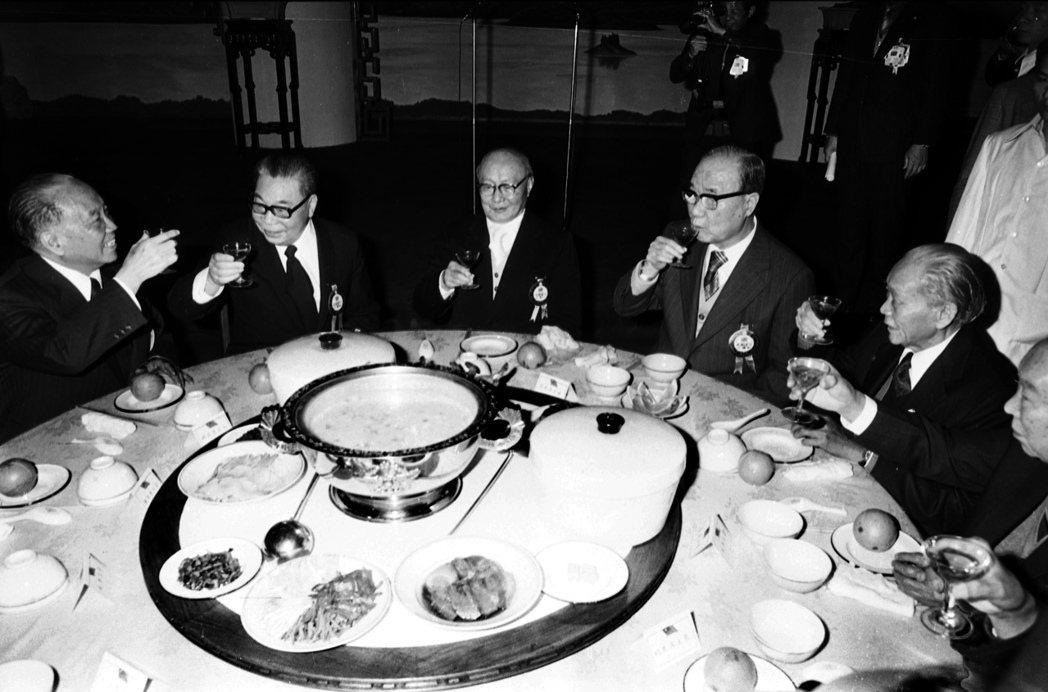 第一屆國民大會第六次會議閉幕後,國大代表與第六任總統當選人蔣經國參加餐會。 圖/聯合報系資料照