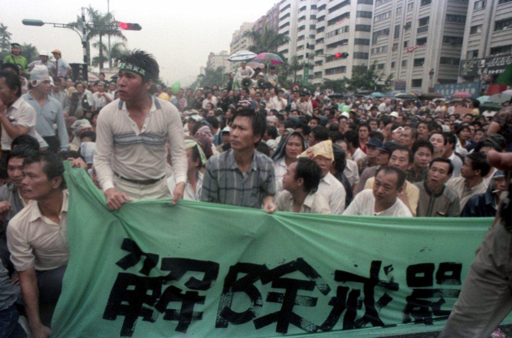 1987年5月,民眾以解除戒嚴、反對國安法為訴求,展開「五一九」遊行示威活動。 圖/聯合報系資料照