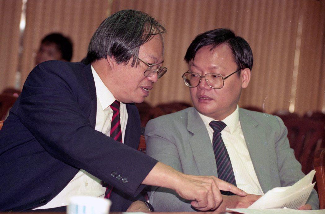 1983年林山田(左)出版了《刑法通論》一書,在法學界可說是人手一本、如「聖經」般的存在。 圖/聯合報系資料照