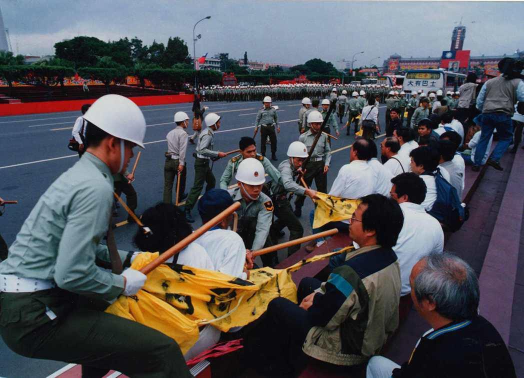1991年10月8日中午,「一〇〇行動聯盟」前往閱兵台前進行非暴力抗爭演練,卻意外爆發衝突。 圖/聯合報系資料照