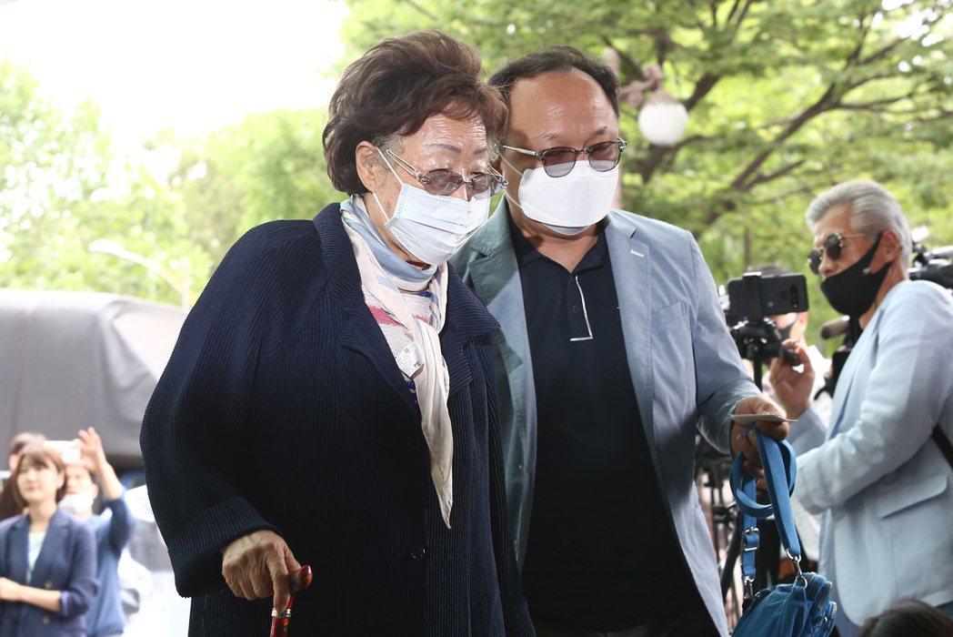 92歲的南韓慰安婦受害者李容洙,10日前往首爾大學醫院靈堂弔唁自殺的事長朴元淳。...