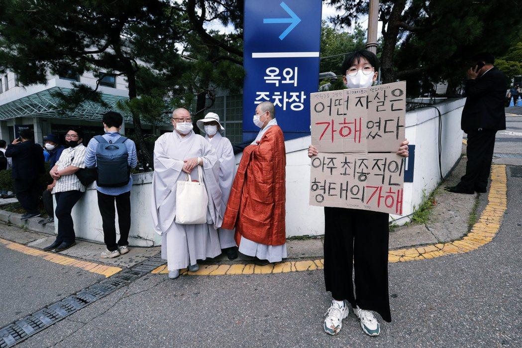 但在靈堂之外,也有不同的意見高舉著抗議標語,認為朴元淳的死扼殺了真相與責任,對於...