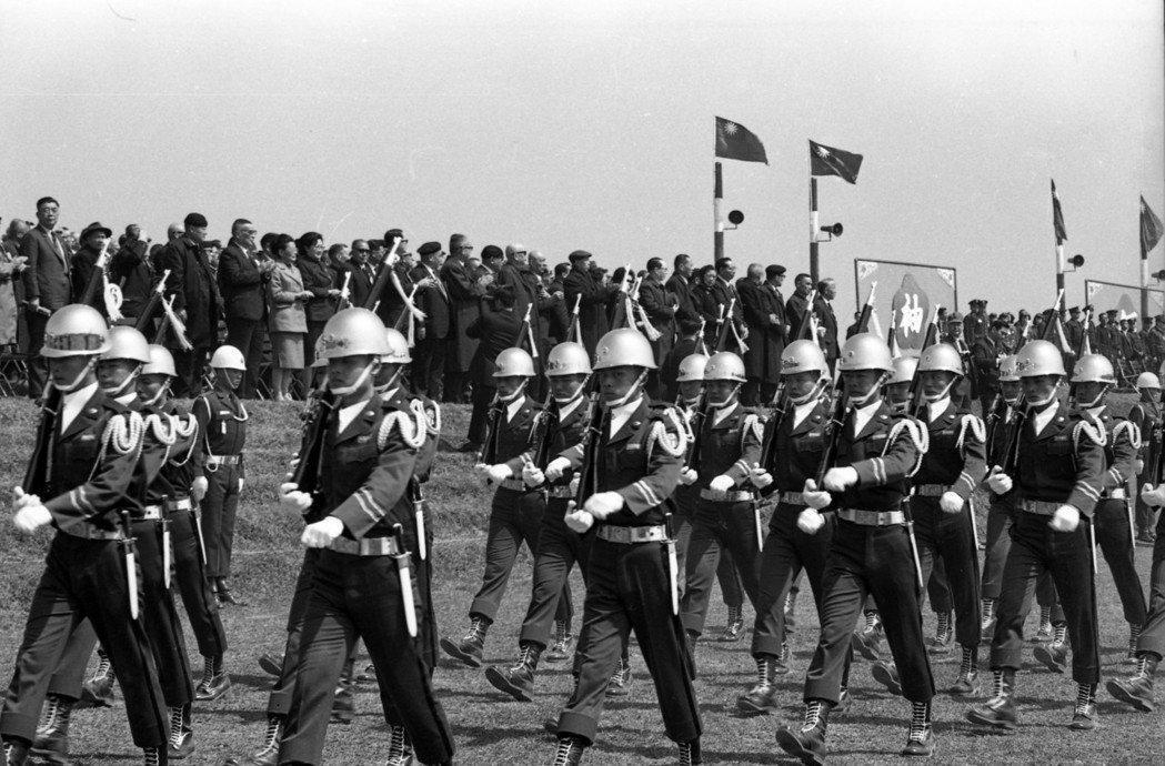 1972年,國民大會第五次會議代表,參觀三軍軍事演習。 圖/聯合報系資料照