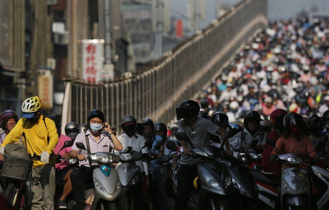 行政院在疫情後推出的產業振興方案,更應響應國際提倡的綠色振興,納入綠色運輸的規劃。 圖/美聯社