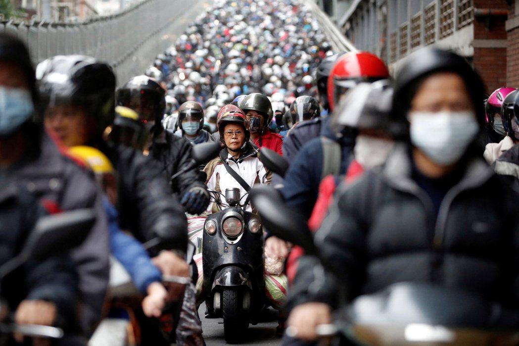 政府如果有改善空汙的決心,更應看重交通運具政策。 圖/路透社