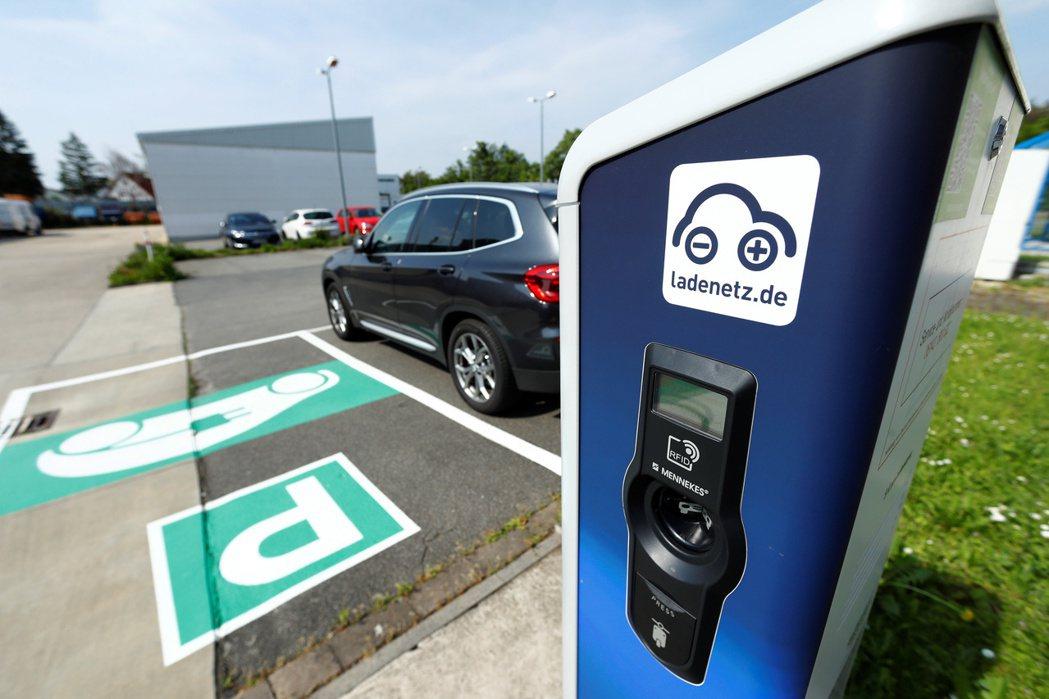 國際上許多國家已紛紛訂定禁售燃油車期程,圖為德國的電動車停車場。 圖/路透社