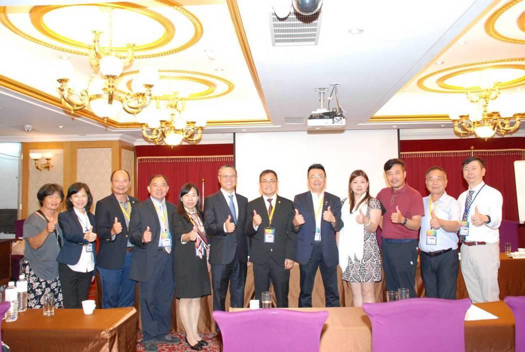 南部會員在前南分會理事長陳志宏(右五)帶領下,包一台遊覽車上來台北支持出席大會。...