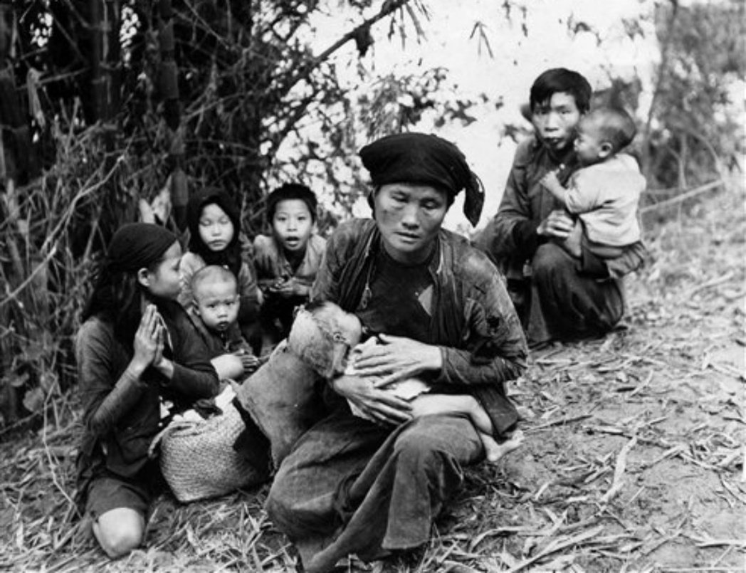 1950年代受戰亂波及而顛沛流離的越南平民。 圖/美聯社