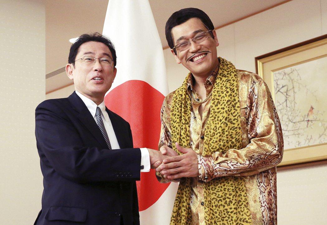 被視為接班安倍的熱門人選岸田文雄(圖左),接待2017年全球爆紅的Piko太郎。...