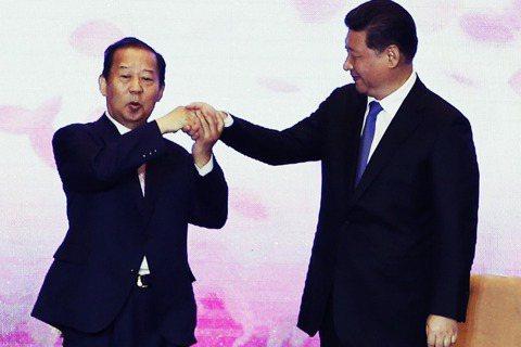 2015年的日中兩國交流會,二階俊博與習近平開心握手。 圖/美聯社