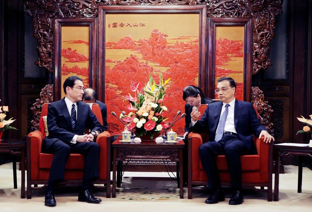 岸田派也算是自民黨內所謂的「親中派閥」。圖為2016岸田訪問中國,與中國國務院總...