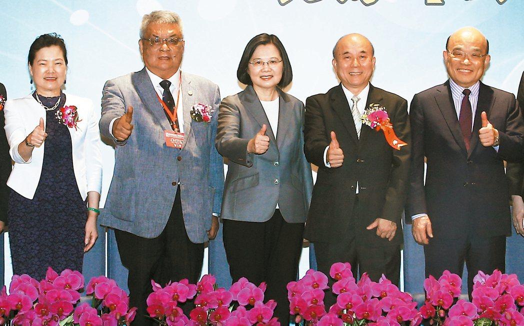 蔡總統昨天與內閣官員共同出席機械工業同業公會會員代表大會。經濟部長王美花(左起)...