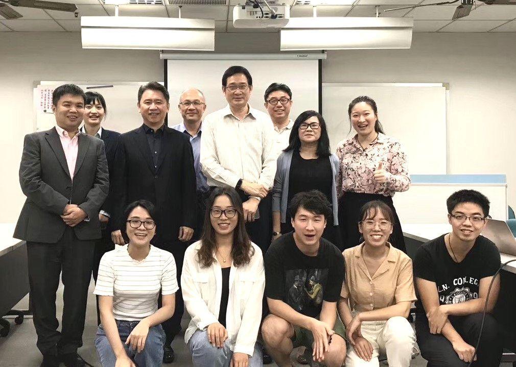 李建興教授(中)與香港恆生大學講座教授羅立群(左三)等合影。 義守大學/提供