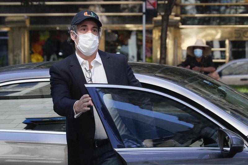 川普前私人律師柯恩因違犯保釋協議上餐館,又被送回牢房。圖為他今年5月21日獲保釋回家。美聯社