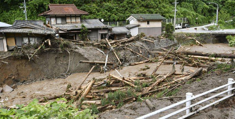 攜帶泥漿和碎片的洪水流經日本中部岐阜縣高山市。美聯社