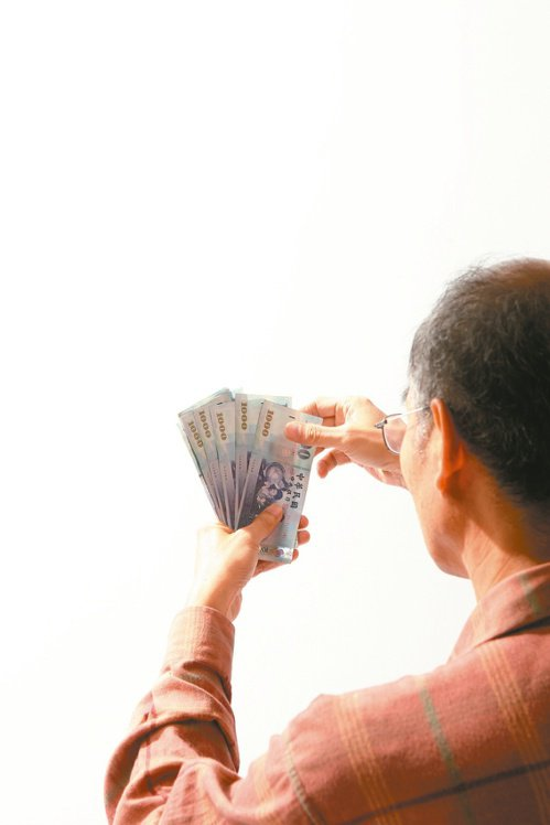 近來有職業工會反映坊間流傳勞保老年年金領到83歲時就會停發。勞保局澄清,是請領人不符合給付條件或死亡時,才會依規定從事實發生的次月起停發年金,否則無年齡上限。報系資料照