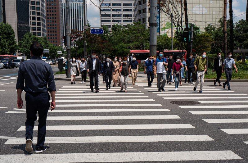 韓國政府將調高持有多房者的房屋購置稅、綜合不動產稅及轉讓所得稅稅率。圖為南韓街頭。 歐新社