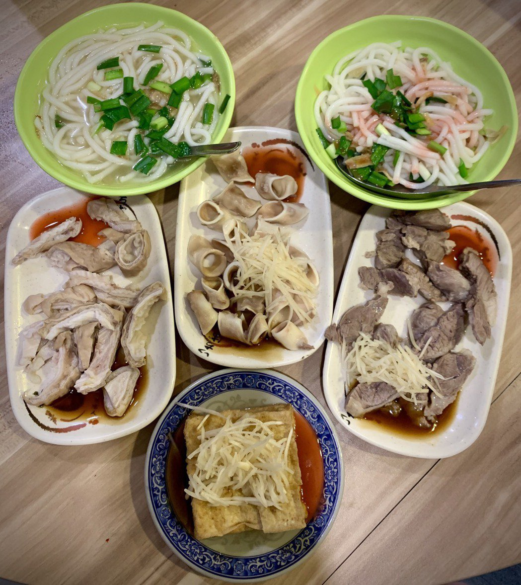 湯米苔目清爽,乾米苔目涮嘴,搭配滿滿小菜,分不清誰才是主角。 圖/蕭涵 攝影