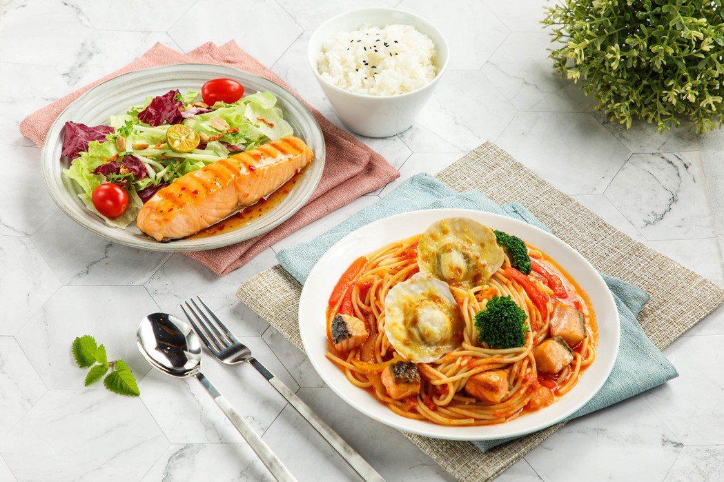 美威鮭魚端出仲夏「鮭」房美饌-「陽光雙鮮番茄義麵」、「泰式嫩烤鮭魚菲力」。