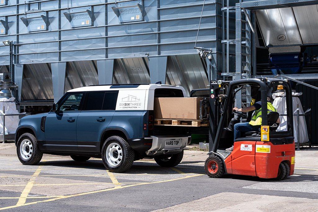 Land Rover Defender Hard Top透過封閉的後車窗以及拆除...