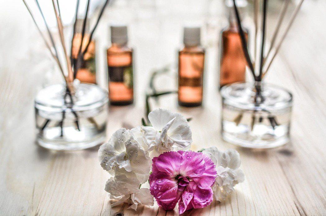 植物是精油常見原料,醫師建議,使用精油最好從嗅聞開始,切莫未經醫師評估,就直接將...