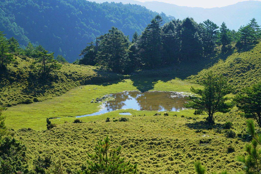 嘉明湖妹池近日因巨量的登山客造訪而有環境衝擊之疑慮。 圖/作者自攝