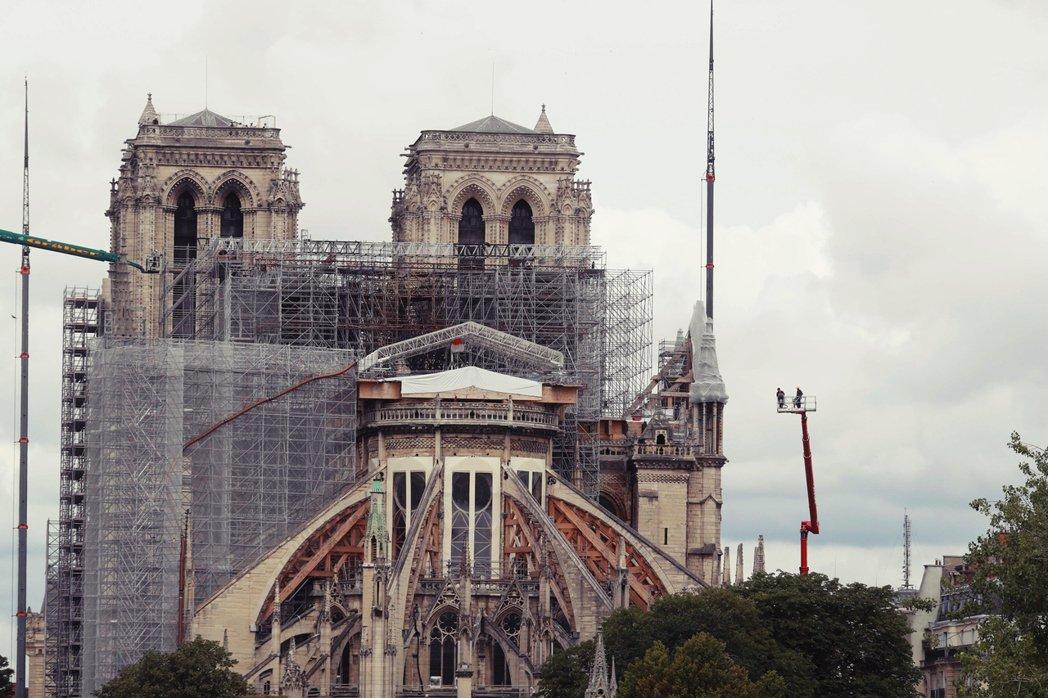 歷經一年的各界討論,巴黎聖母院大火後的尖塔重建,終於在9日確定了風格樣式。圖為今...