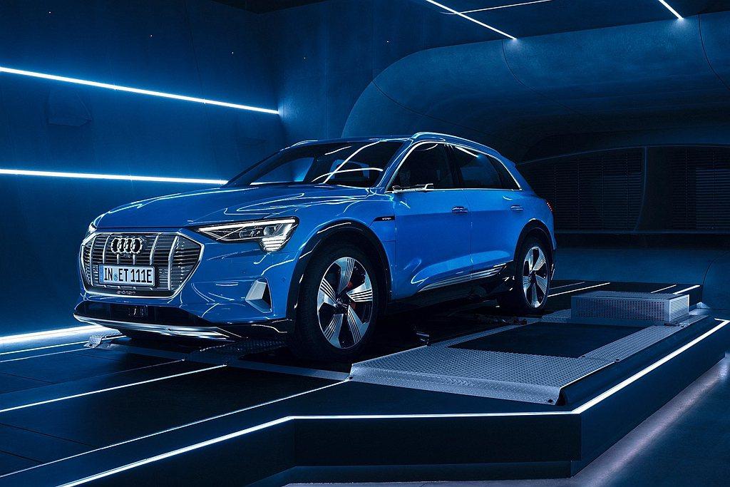 台灣奧迪正式宣布將於今年第四季引進Audi e-tron 純電休旅,展現品牌研發...