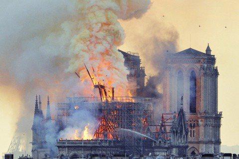 巴黎聖母院是在2019年4月15日發生意外大火,屋頂尖塔及屋頂結構遭到燒毀。 圖...