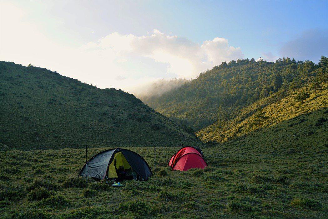 假如造訪一地的人次過多,山友與業者展現出的公德心不一,我們就需要仿照國外預約付費制露營區的模式,透過集中管理來最小化衝擊。 圖/作者自攝