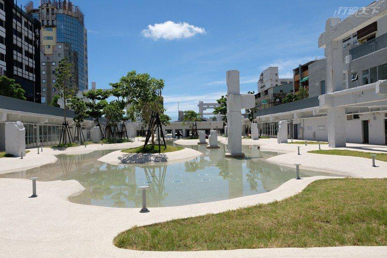 以「城市潟湖」為設計概念規劃下凹式露天水景廣場,是舊商場的中國風建築,現在重新整建後成為了大家遮陽的涼亭。